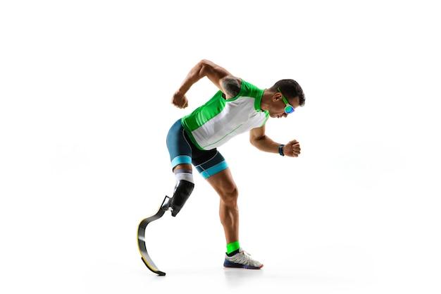 Atleta con discapacidad o amputado aislado sobre fondo blanco de estudio.
