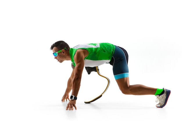 Atleta con discapacidad o amputado aislado sobre fondo blanco.