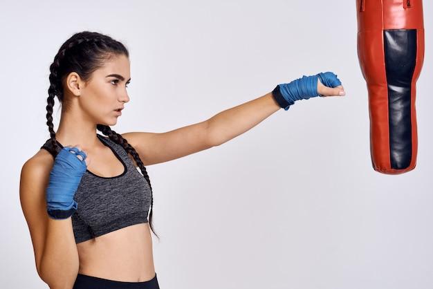 Atleta femenina boxeador está entrenando