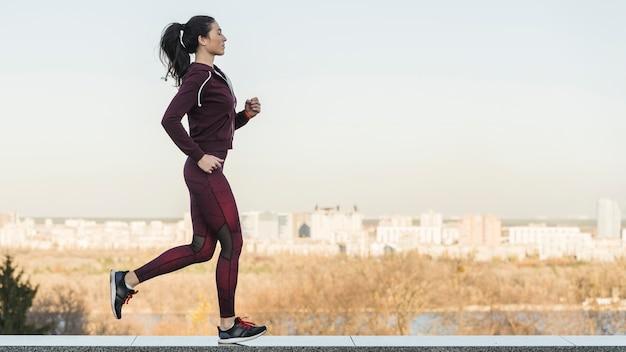 Atleta femenina corriendo al aire libre