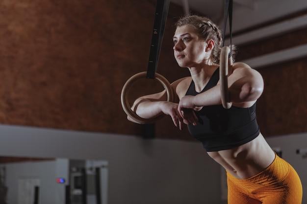 Atleta femenina crossfit trabajando