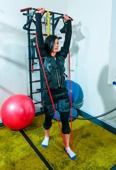 La atleta femenina haciendo ejercicio en un gimnasio