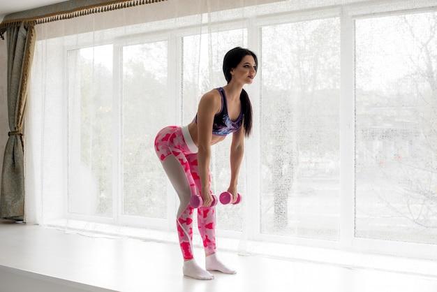 Atleta de fitness realiza ejercicios en las nalgas