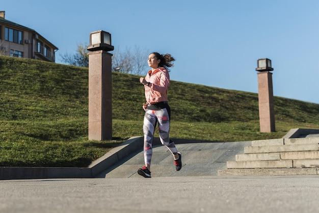 Atleta en forma corriendo al aire libre