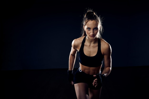 Una atleta fuerte, una mujer velocista está corriendo. concepto de fitness y deporte. motivación del corredor con espacio de copia.