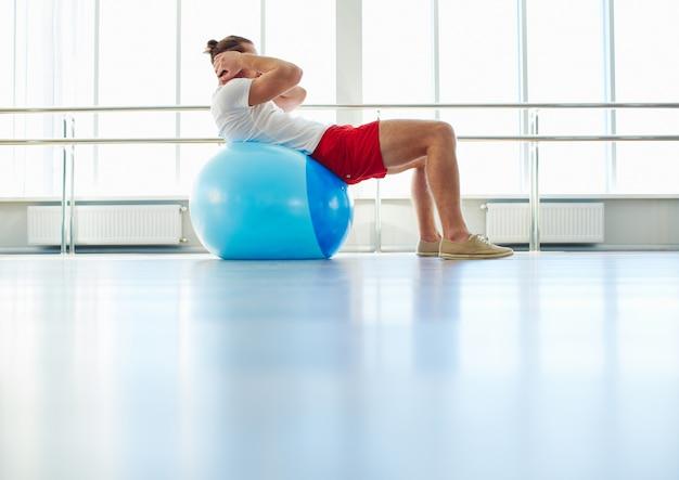 Atleta haciendo abdominales