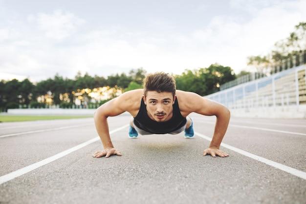 Atleta haciendo flexiones