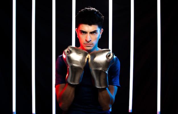 Atleta hombre entrenamiento deporte de boxeo en el gimnasio moderno