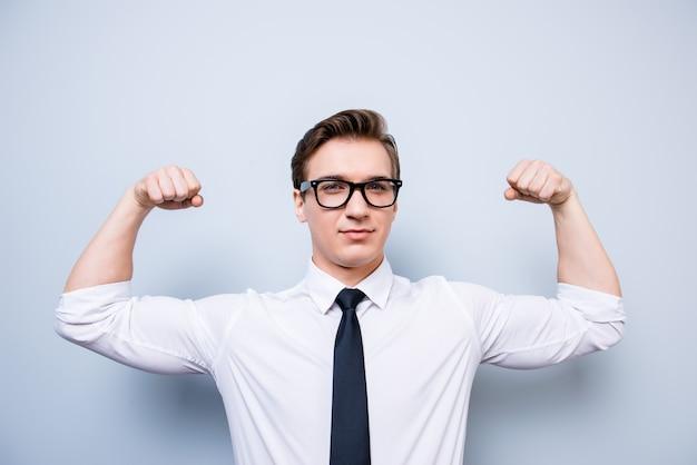Atleta joven empresario nerd con ropa formal y gafas está mostrando su fuerza interna, ¡manos tan musculosas! ¡caliente, viril, fuerte y madura!