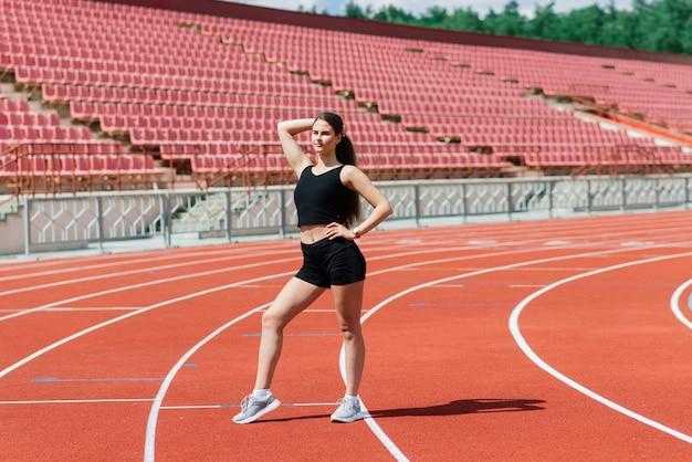 Atleta joven, hermosa chica en ropa deportiva está entrenando y corriendo