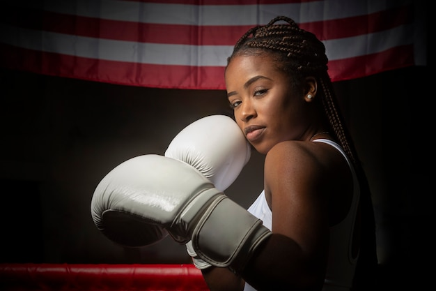 Atleta joven mujer negra con guantes de boxeo