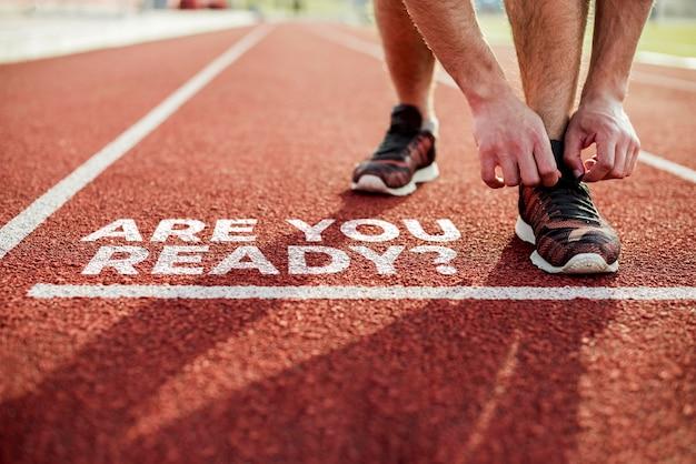 Atleta listo para correr con el mensaje ¿estás listo? Foto gratis