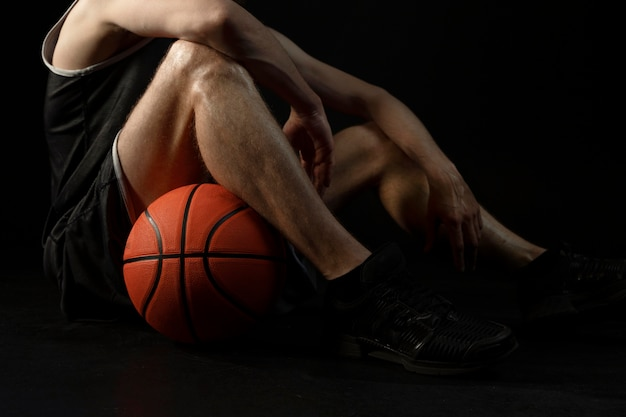 Atleta masculino con baloncesto posando