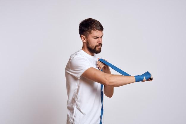 Atleta masculino boxeador está entrenando en el estudio
