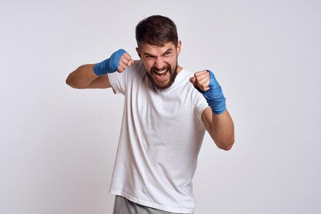 El atleta masculino boxeador está entrenando