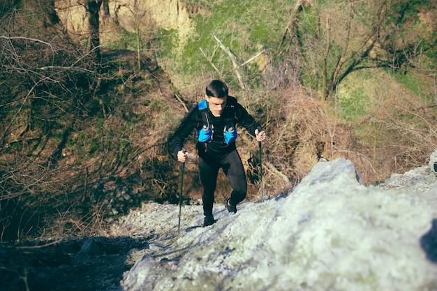 Atleta masculino en forma caminando al aire libre en la naturaleza