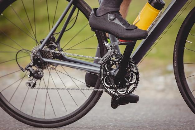 Atleta montando su bicicleta