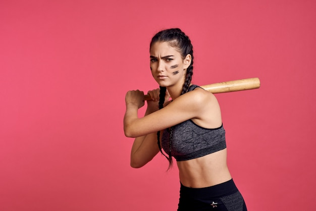 Atleta mujer con un bate en sus manos está entrenando