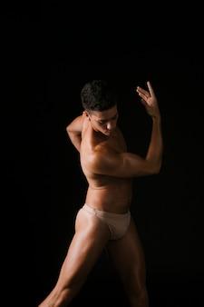 Atleta musculoso torciendo el cuerpo