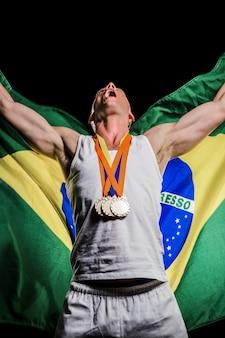 Atleta posando con medallas de oro después de la victoria.