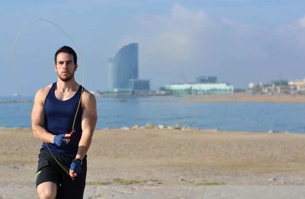 Atleta saltando a la cuerda en la ciudad.