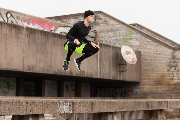 Atleta saltando en techo