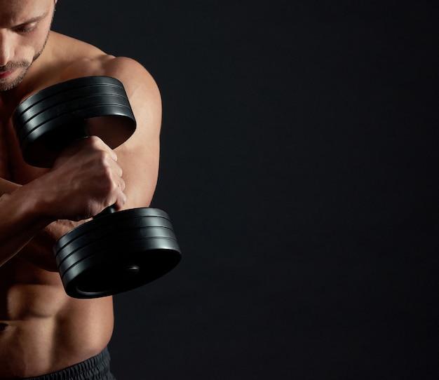Atleta sosteniendo pesas