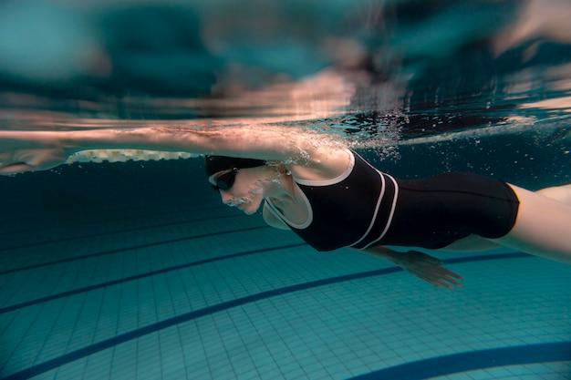 Atleta de tiro completo nadando