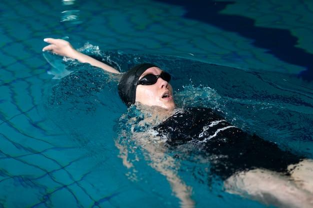 Atleta de tiro medio nadando