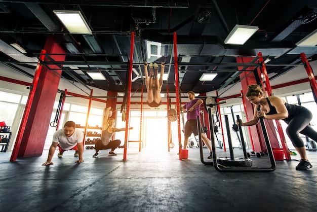 Atletas entrenando en un gimnasio de cross-fit