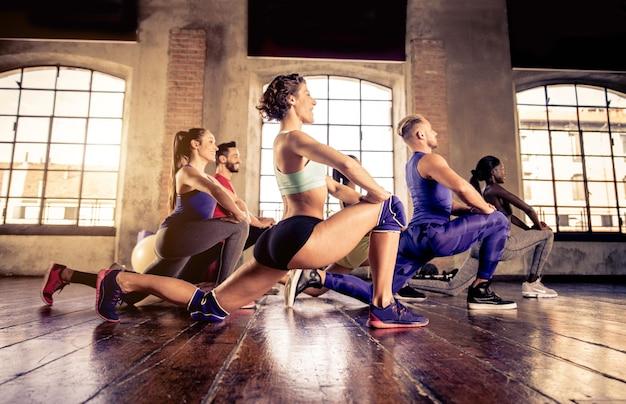 Atletas entrenando en un gimnasio