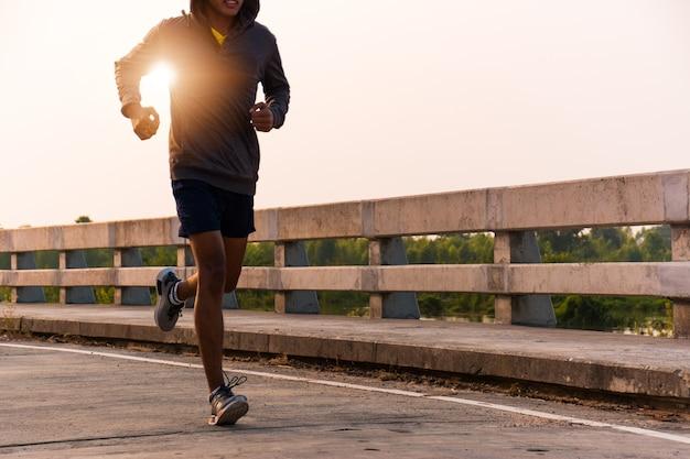 Los atletas masculinos están corriendo.