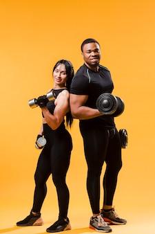Atletas posando con pesas