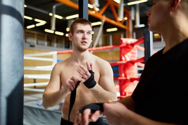 Atletas reparando para entrenar en el club de boxeo