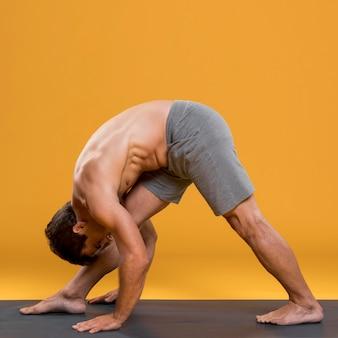 Atlético hombre haciendo yoga pose