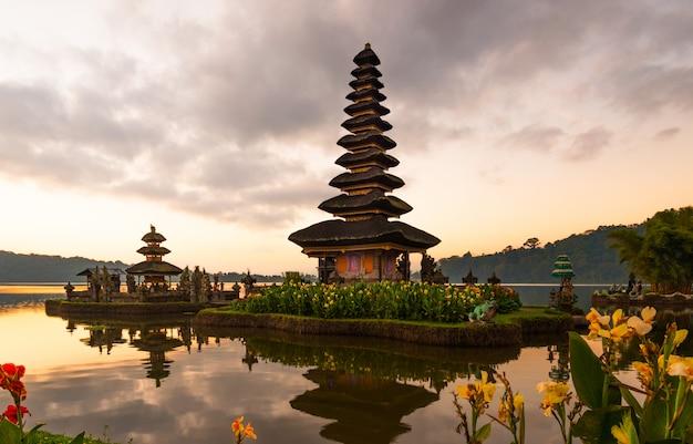 Atmósfera pacífica en madrugada durante salida del sol sobre el templo de pura ulun danu el icónico de bali, lago bratan, bali, indonesia.