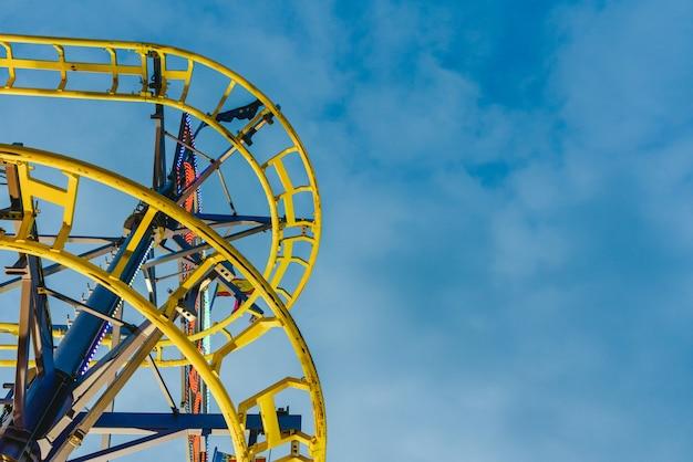 Atracción del parque de atracciones, concepto de velocidad y vértigo.