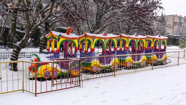 Atracción de trenes para niños en el parque de la ciudad en temporada de invierno