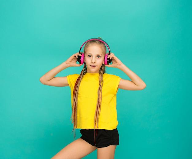 La atractiva chica con auriculares en azul