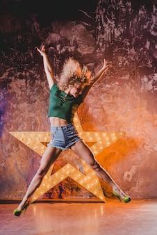 Atractiva chica celebrando y bailando