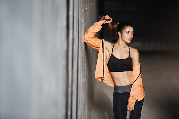 Atractiva chica deportiva con legging de ropa deportiva de desgaste de cuerpo perfecto