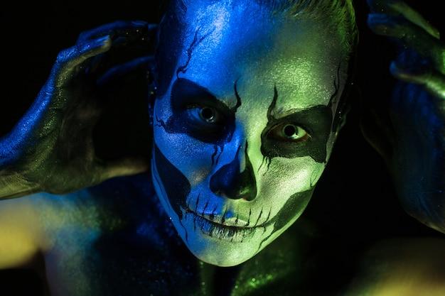 Atractiva chica fantasmagórica con maquillaje de esqueleto.