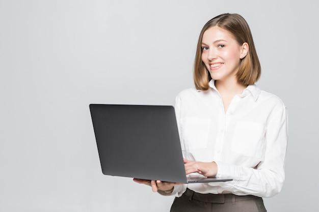 Atractiva empresaria con laptop
