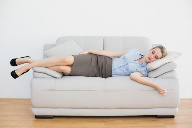 Atractiva empresaria pacífica durmiendo en el sofá