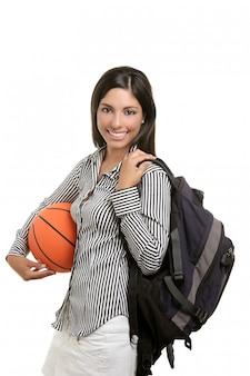 Atractiva estudiante con bolsa y pelota de baloncesto.