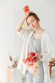 Atractiva joven caucásica pintor
