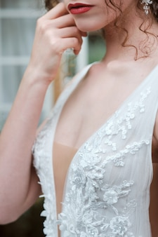 Atractiva joven novia posando afuera