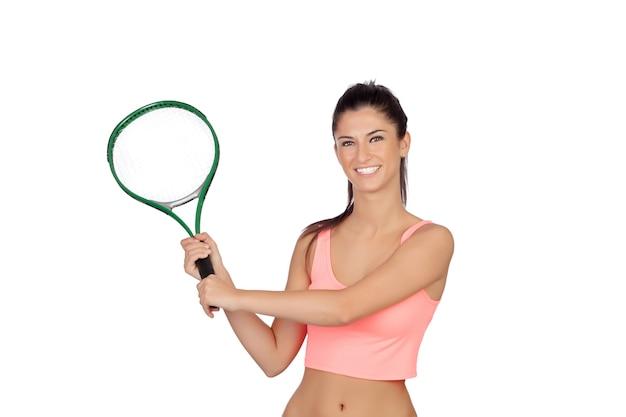 Atractiva morena jugando tenis aislado en un fondo blanco