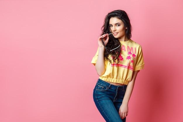 Atractiva mujer adolescente funky en camiseta amarilla