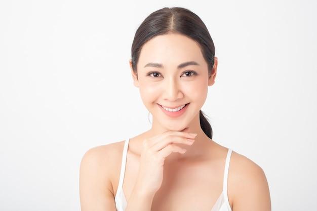 Atractiva mujer asiática sana con cuidado de la piel de belleza